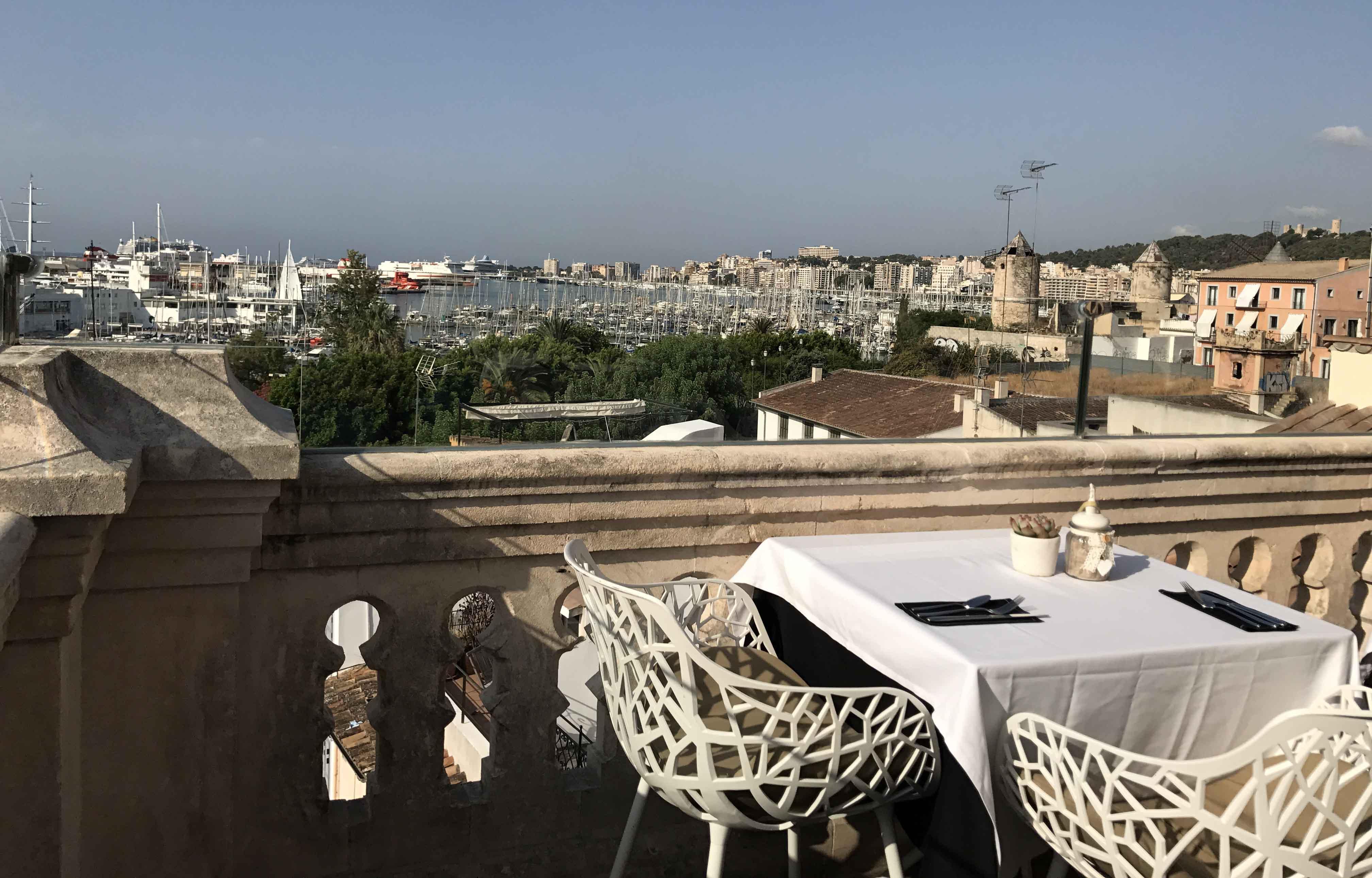 Hotel Cuba. Brunch en la terraza skybar rooftop del Hostal Cuba. Palma de Mallorca.