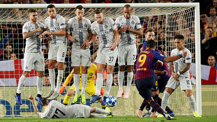 Barrera con jugador al suelo ante tiro libre directo. Brozovic bloquea falta de Luis Suárez. FC Barcelona - Inter de Milán.